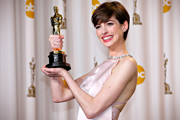 """Anne Hathaway holds her Oscar for winning Best Supporting Actress for her role in """"Les Miserables"""" in Hollywood"""